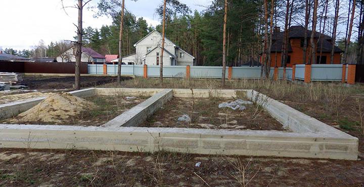 Стоит ли покупать земельный участок с фундаментом?