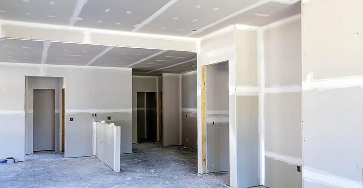 Стоит ли покупать дом с готовой внутренней отделкой или лучше выбрать коттедж без ремонта?