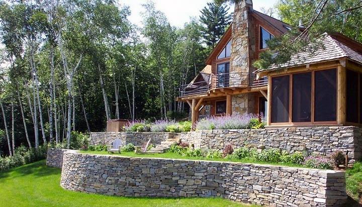 Как строить фундамент и дом на участке с уклоном? Особенности проектов коттеджей на неровных участках