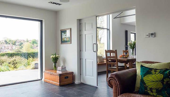 Стоит ли ставить раздвижные двери в свой загородный дом?