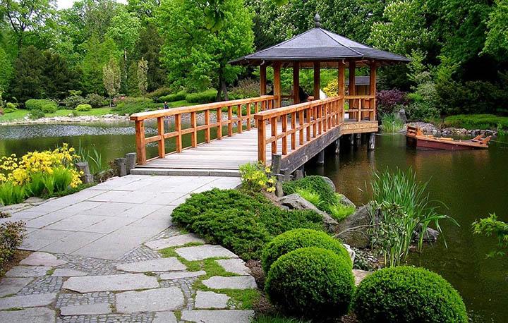 Садовые мостики на участке. Какой выбрать и что учесть?