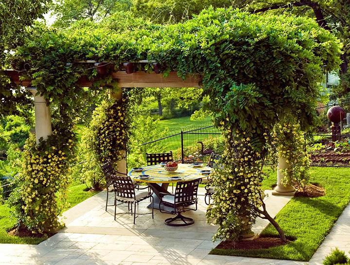 Как красиво обустроить внутренний дворик своими руками? Все этапы